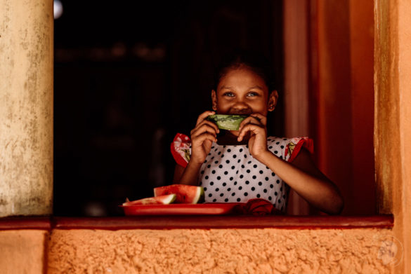 Mädchen schenkt mir ein herzliches Lächeln in Negombo Sri Lanka