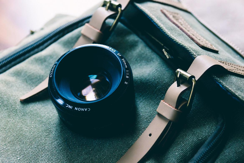 Kamera Kaufberatung Objektiv auf Tasche