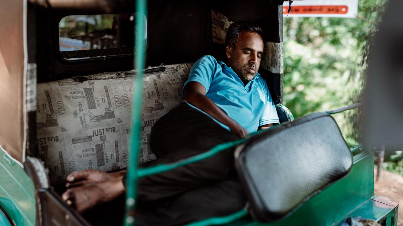 Sri Lanka Kochi - Mann schläft in seinem Autorikscha (Tuk Tuk)